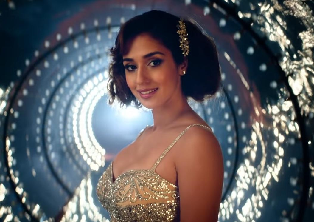 भारतमध्ये सलमानसोबत दिशा पटानी सुद्धा दिसणार आहे. या सिनेमातील दिशाचा लुक इतर सिनेमांच्या मानानं खूपच वेगळा आणि ग्लॅमरस आहे. लहान केस आणि स्टनिंग ड्रेस मध्ये दिशा खूपच सुंदर दिसत आहे.