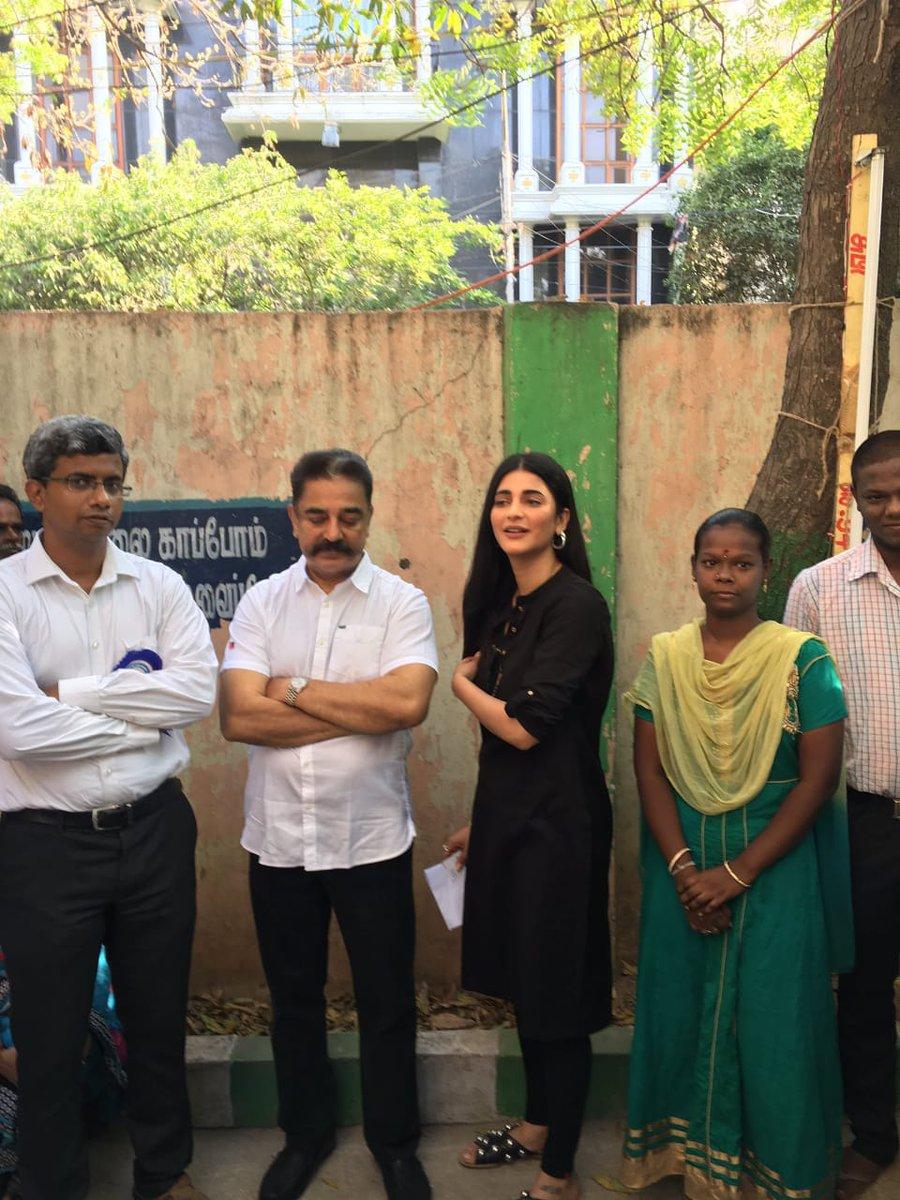 रजनीकांत यांच्याशिवाय कमल हसन आणि त्यांनी मुलगी श्रुती हसनही मतदान करण्यासाठी रांगेत उभे होते