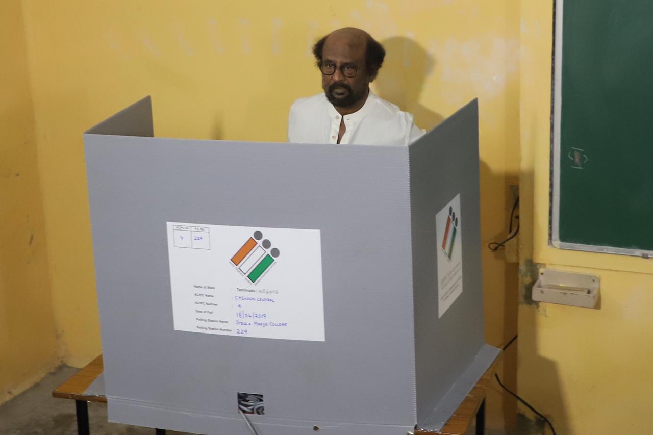 आपला मतदानाचा हक्क बजावताना रजनीकांत