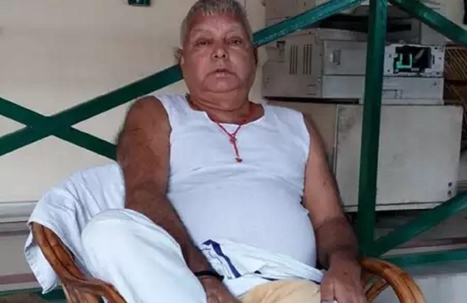 नितीश कुमार यांनी न्यूज 18 ला दिलेल्या मुलाखतीत लालू प्रसाद हे जेलमध्ये फोनचा वापर करतात असा आरोप केला होता. त्यानंतर लालू प्रसाद यांची  सुरक्षा कडक करण्यात आलीय. त्यांच्यासोबत दोन लोकांना राहण्याची परवानगी देण्यात आलेली आहे. एक जण त्यांना जेवण बनवून देतो तर दुसरा त्यांच्या औषधोपचाराची काळजी घेतो. त्याचबरोबर त्यांच्या सुरक्षेसाठी 25 जवान तैनात आहेत.