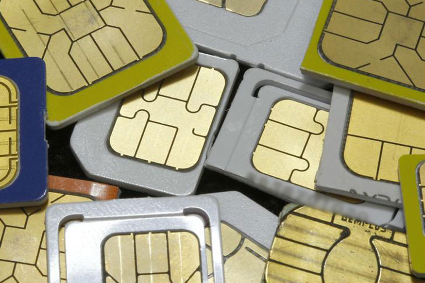 जर तुमचा फोन हरवला असले तर सर्वात आधी तुम्ही तुमचं सिम कार्ड ब्लॉक करा. तुमच्या मोबाईल सर्व्हिस प्रोव्हायडरला फोन करुन तुम्ही सिम कार्ड ब्लॉक करु शकता. यामुळं तुमचं व्हॉट्सअॅप अकाउंट कोणी चालु करू शकणार नाही.
