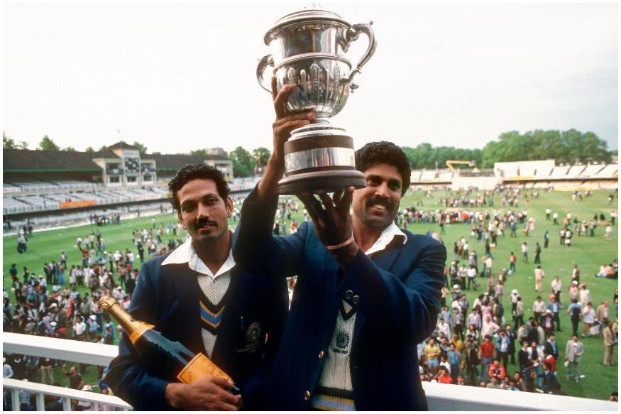 भारतीय क्रिकेट बोर्डानं काही महिन्यांआधी भारतीय संघांची नवीन जर्सी कोणती असेल, याबाबत खुलासा केला होता. त्यामुळं विराट सेना हीच जर्सी परिधान करुन विश्वचषकात उतरेल. दरम्यान भारताला 1983ला पहिला विश्वचषक मिळवून देणारा कपिल देव यांच्या संघानं सफेद जर्सी परिधान केली होती. दरम्यान 1992मध्ये पहिल्यांदाच सर्व संघांनी रंगीत जर्सी परिधान केली.