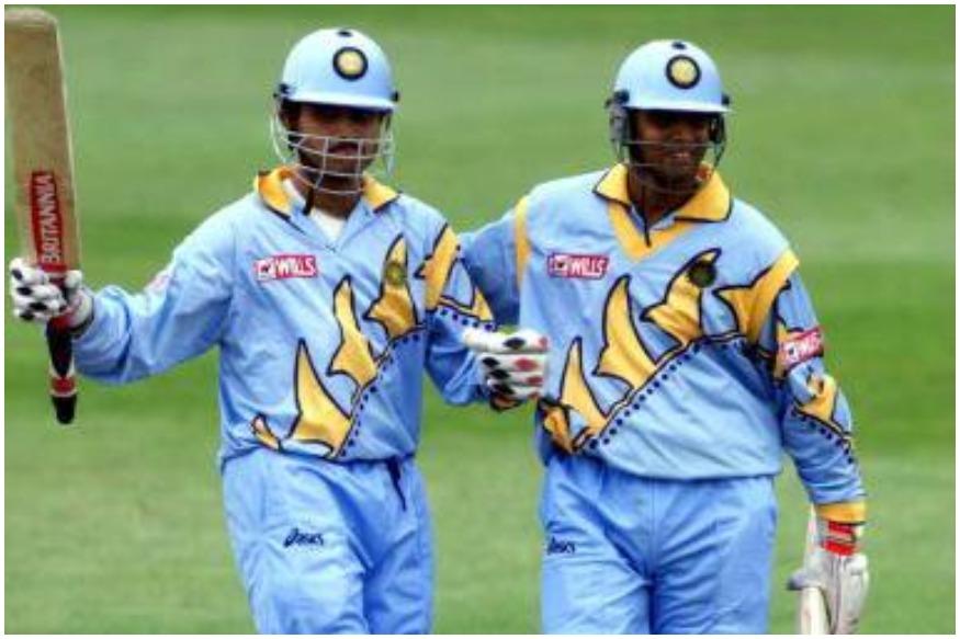 1999च्या विश्वचषकात भारतीय संघानं हलक्या आकाशी रंगाची जर्सी परिधान केली होती. या जर्सीची कॉलर पिवळ्या रंगाची होती. या जर्सीवर मात्र देशाचे नाव लिहिले नव्हते,