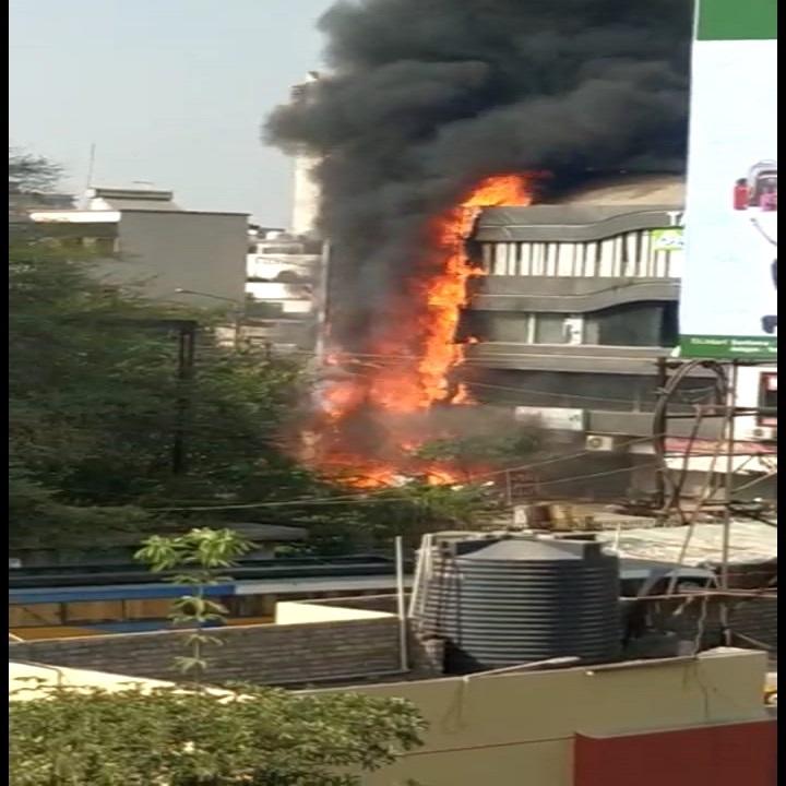 सुरतमधील तक्षशीला कॉम्प्लेक्सला शुक्रवारी लागलेल्या आगीत 19 विद्यार्थ्यांचा मृत्यू झाला. या दुर्घटनेमध्ये 18 जण जखमी झाले आहेत. ही दुर्घटना फारच भयंकार होती.
