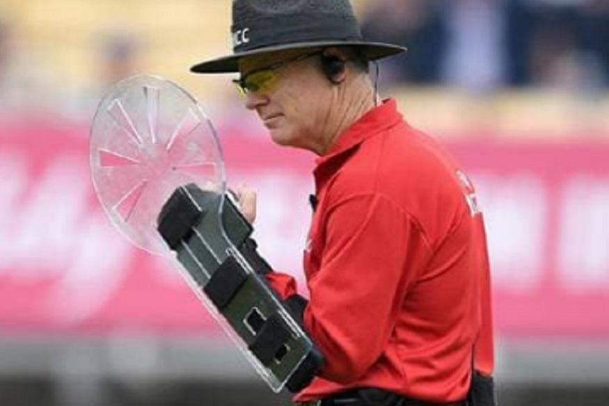 ऑस्ट्रेलियात प्रथम श्रेणी क्रिकेट खेळलेल्या ब्रूस  ऑक्सेनफोर्ड यांनाही एक सामन्यासाठी दीड लाख रुपये मिळतात. तर आयसीसी मार्फत 25 लाख रुपये वर्षाला दिले जातात.