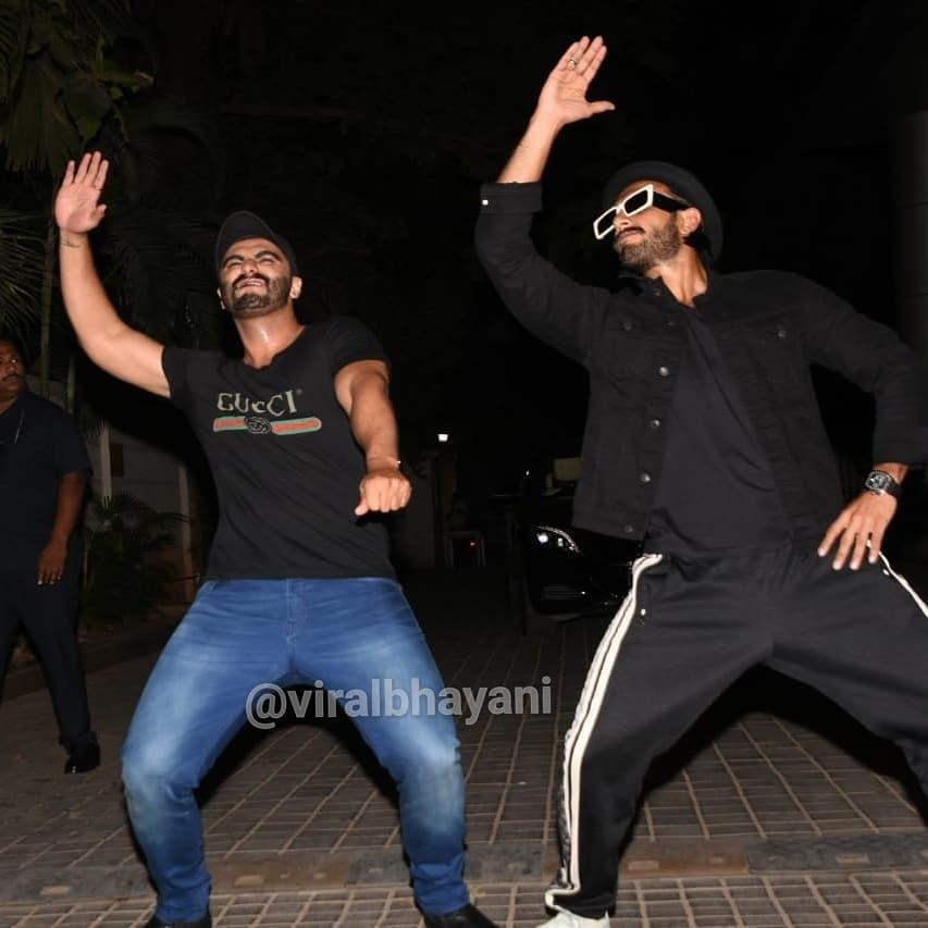 स्क्रिनिंगनंतर गुंडे स्टाइलमध्ये डान्स करताना अभिनेता रणवीर सिंह आणि अर्जुन कपूर.