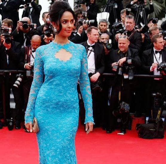 मल्लिकानं 2019च्या कन लुकसाठी 2014मध्ये घातलेल्या ब्ल्यू गाऊनसारखा दिसणारा ड्रेस घातला होता. ज्याला पुढच्या बाजूला कीहोल नेकलाइन होती.