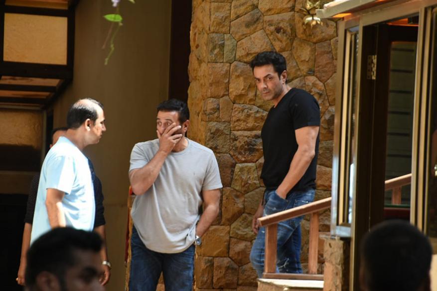 अभिनेता आणि खासदार सनी देओल आपल्या भावासोबत बॉबी देओलसोबत अजयच्या घरी त्याचं सांत्वन करण्यासाठी गेला. (छाया सौजन्य- विरल भयानी)