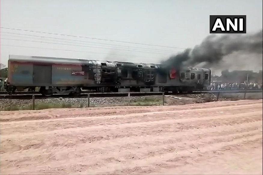 कामाख्या एक्स्प्रेसला लागलेल्या आगीमुळे दिल्ली - हावडा या रेल्वे मार्गावरील वाहतूक काही काळ विस्कळीत झाली.