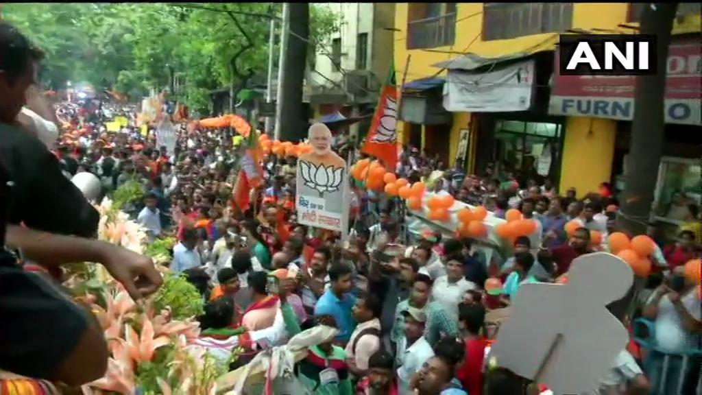 पश्चिम बंगालची राजधानी कोलकत्यात रोड शोमध्ये सहभागी झालेल्या अमित शहांच्या वाहनावर हल्ला झाल्याने तुफान राडा झाला आहे. (Photo Credit ANI )