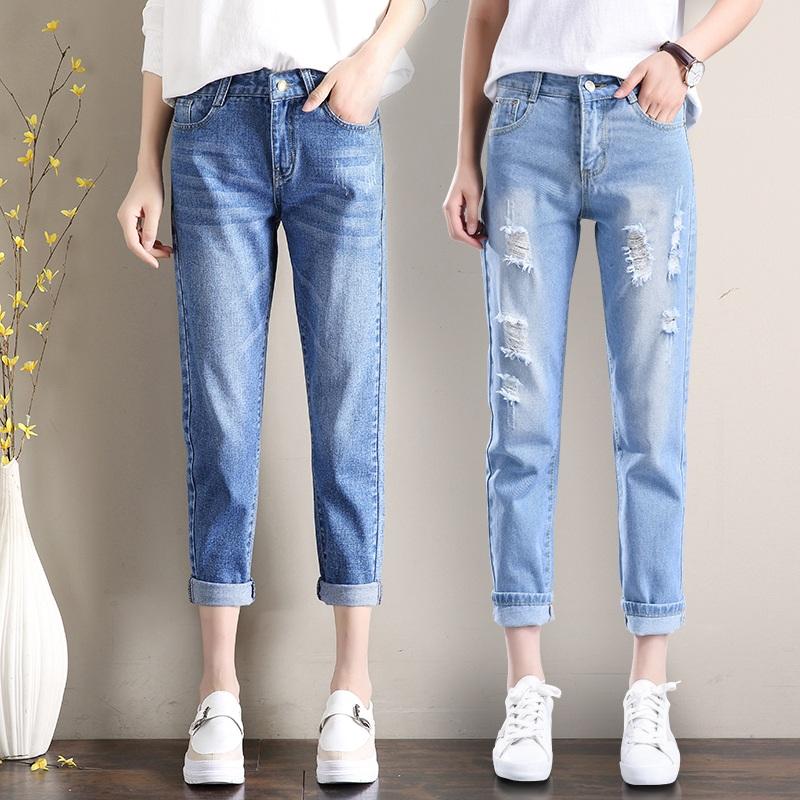 ज्या ठिकाणी ड्रेस कोड नसेल त्या ठिकाणी काही ब्रँडेड जीन्स फार उयोगी पडतात. एखादा इव्हेंट सायंकाळी असेल तर गडद निळ्या किंवा काळ्या रंगाची जीन्स परफेक्ट दिसते. जर तुम्ही गडद रंगाचा शर्ट किंवा टी-शर्ट घालणार असाल तर हलक्या रंगाची जीन्स तुम्ही घालायला हवी.