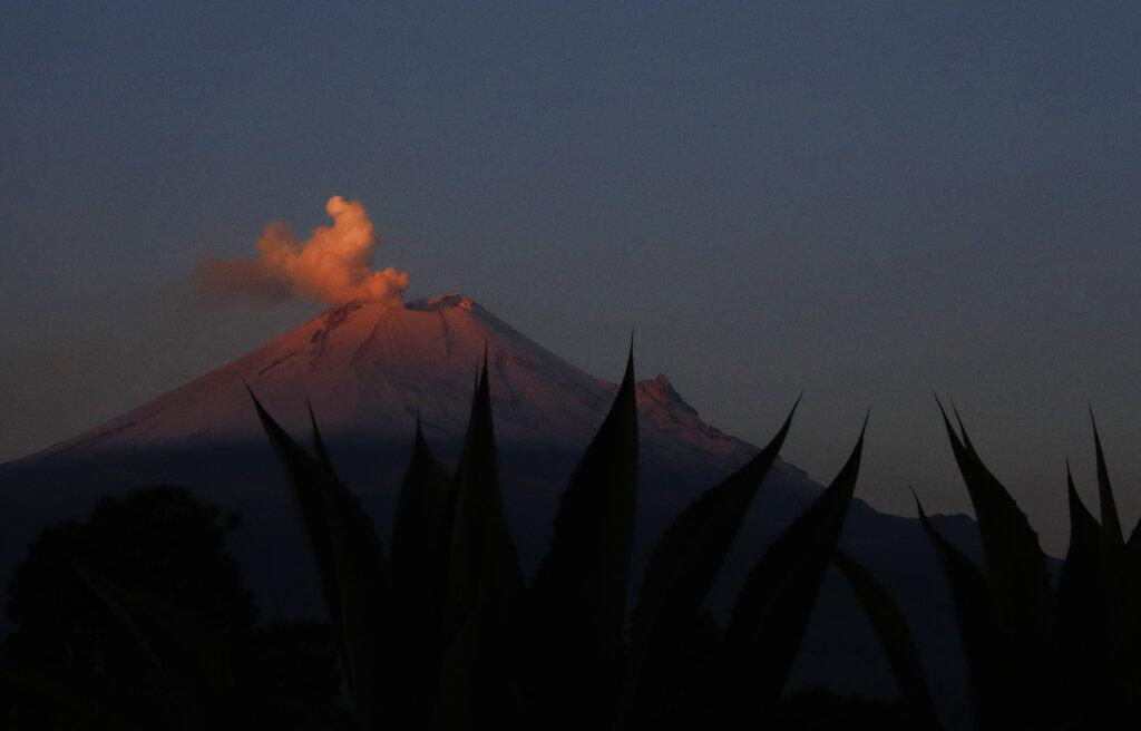 इंडोनेशियाच्या उत्तरेकडी सुमात्रा प्रांतात मंगळवारी ज्वालामुखीचा उद्रेक झाला. यावेळी आकाशात 2 हजार मीटर वरपर्यंत धुराचे लोट उठताना दिसले. (प्रतीकात्मक फोटो)