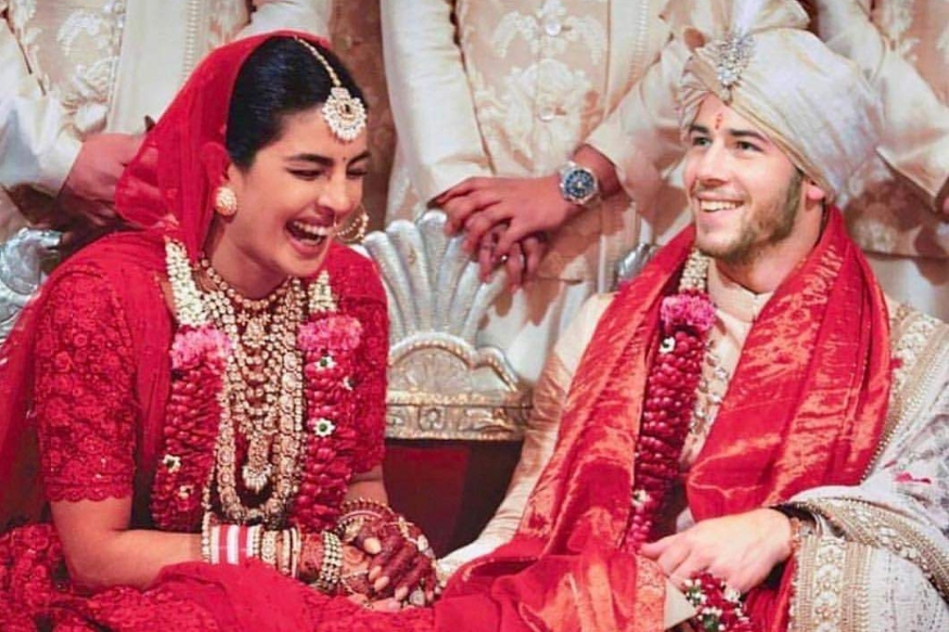 अभिनेत्री प्रियांका चोप्राचं लग्न हा 2018मधील दुसरा सर्वात मोठा इव्हेंट होता. दीपिकाप्रमाणे प्रियांकानंही यावेळी करोडो रुपये फक्त दागिन्यांवर खर्च केले होते. प्रियांकाच्या दागिन्यांबाबत बोलायचं झालं तर तिनं तिच्या बॅचलर पार्टीतच जवळपास 10 कोटी रुपयांचे दागिने घातले होते.
