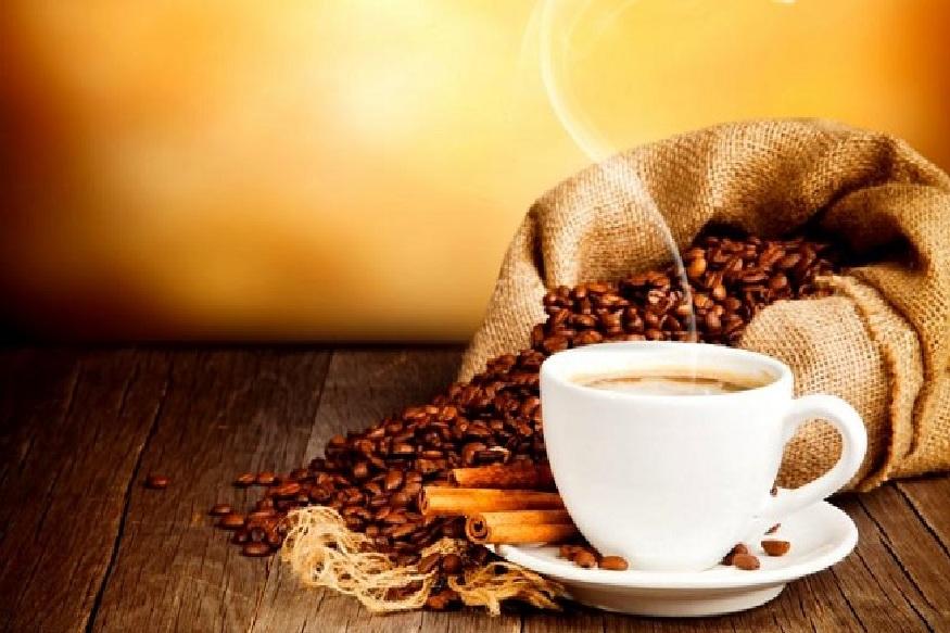 प्रत्येकाच्या मनात आपलं वेगळं स्थान निर्माण करणाऱ्या कॉफीचे फायदे तुम्हाला माहित आहेत का? त्वचेचं आरोग्य सुदृढ राखण्यासाठी कॉफी लाभदाय ठरते. चेहऱ्यावरील मुरुम, उन्हामुळे पडणआरे डाग आणि सुरकुत्या घालविण्यासाठी कॉफी उत्तम आहे. जाणून घ्या कॉफीचे कोणकोणते फायदे आहेत.