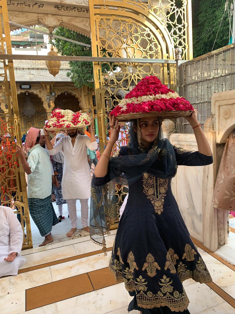 अभिनेत्री आणि खासदार नुसरत जहाँ यांनी अजमेर शरीफ दर्गा इथे जाऊन प्रार्थना केली.