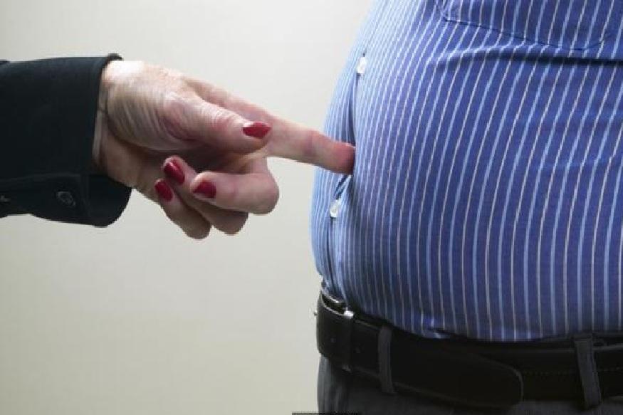 खाण्या-पिण्याच्या सवयींमुळे अनेकांचं वजन वाढतं. वाढलेल्या वजनामुळे शरीराचा आकाराच बेढब दिसतो. मग बाहेर आलेलं पोट, वाढलेली कंबर आणि पायांवर वाढलेली चरबी कमी करण्यासाठी वेगवेगळे प्रयत्न केले जातात. प्रत्येकाचं वजन वाढण्याचं वेग-वेगळं कारण असू शकतं. त्यामुळे उपचार करण्याआधी लठ्ठपणा वाढण्याची करणं जाणून घ्यायला हवी.