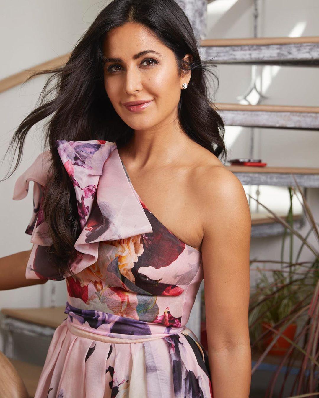 भारत सिनेमाच्या प्रमोशनवेळी कतरिनाने एक विशिष्ट स्टाइल फॉलो केली. यावेळी तिने फ्लोरल प्रिन्ट कपड्यांना प्राधान्य दिलं.