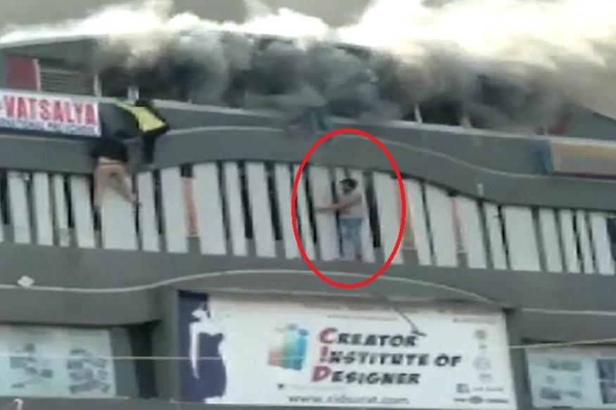 दुर्घटना घडली तेव्हा काही लोक व्हिडीओ शुट करत होते. पण, या गर्दीतील केतन जोरवाडीया नावाच्या तरूणानं आगीत उडी घेत 2 विद्यार्थ्यांचा जीव वाचवला. केतनचं हे धाडस पाहून आणखी काही लोक पुढे येत त्यांनी देखील मदतीसाठी धाव घेतली.