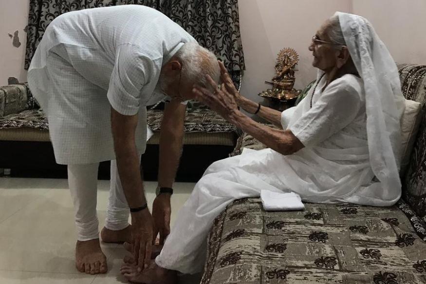 आईला भेटताच गहिवरले नरेंद्र मोदी