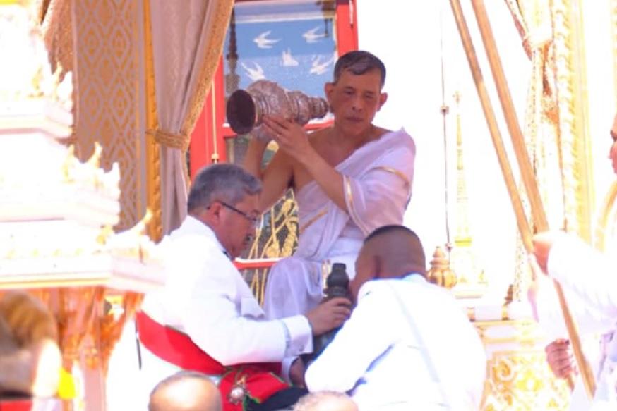या राज्याभिषेक सोहळ्यात नव्या राजाची हिंदू परंपरेनुसार पूजा झाली. यावेळी त्यांना पवित्र स्नान घालण्यात आलं. त्यासाठी थायलंटमधील 180 ठिकाणांहून पाणी आणण्यात आलं होतं.