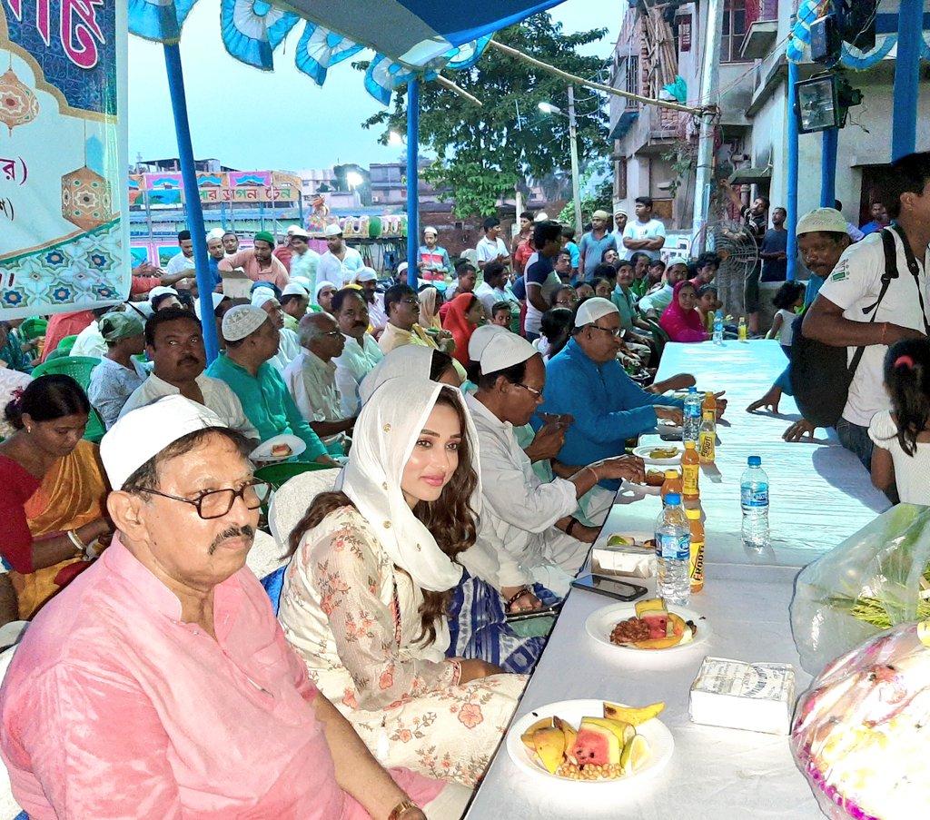 अभिनेत्री आणि खासदार मिमी चक्रवर्ती इफ्तार पार्टीमध्ये सहभागी झाल्या.