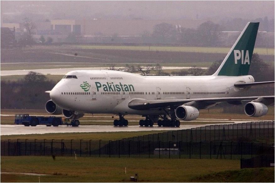 पाकिस्तानी महिलेनं विमानात टॉयलेट समजून उघडलं Emergency Exitचं दार