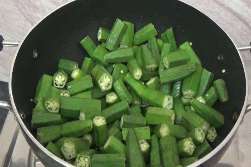 वजन कमी करायचं असेल तर दररोज कच्ची भेंडी चावून खावी. कच्ची भेंडी खाणे शक्य नसेल तर अर्धवट शिजवून खाऊ शकता.