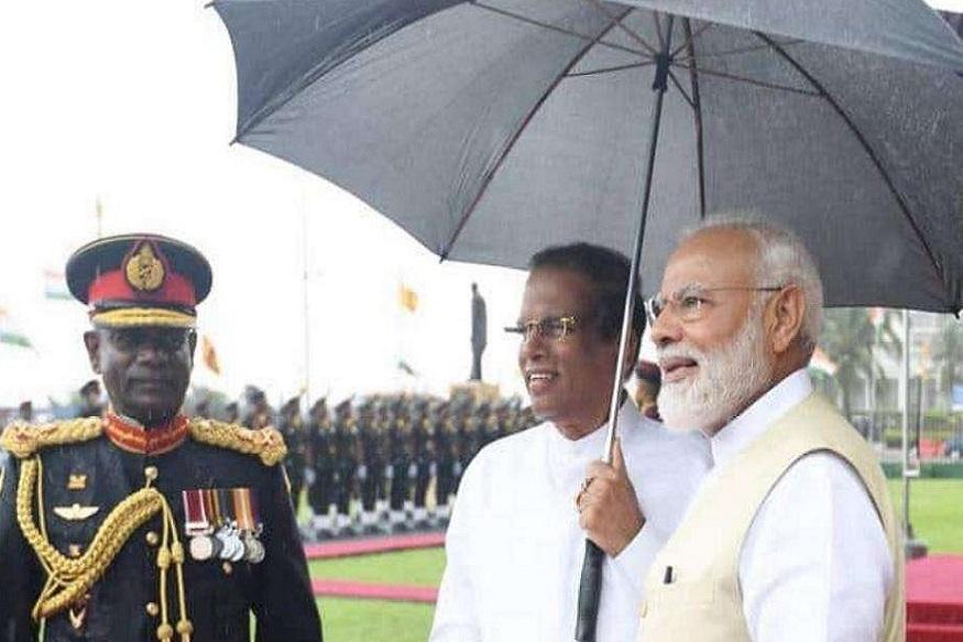 श्रीलंकेची राजधानी कोलंबोमध्ये सिरीसेना यांनी मोदींसाठी अधिकाऱ्यांऐवजी स्वत: छत्री हातात घेतली.