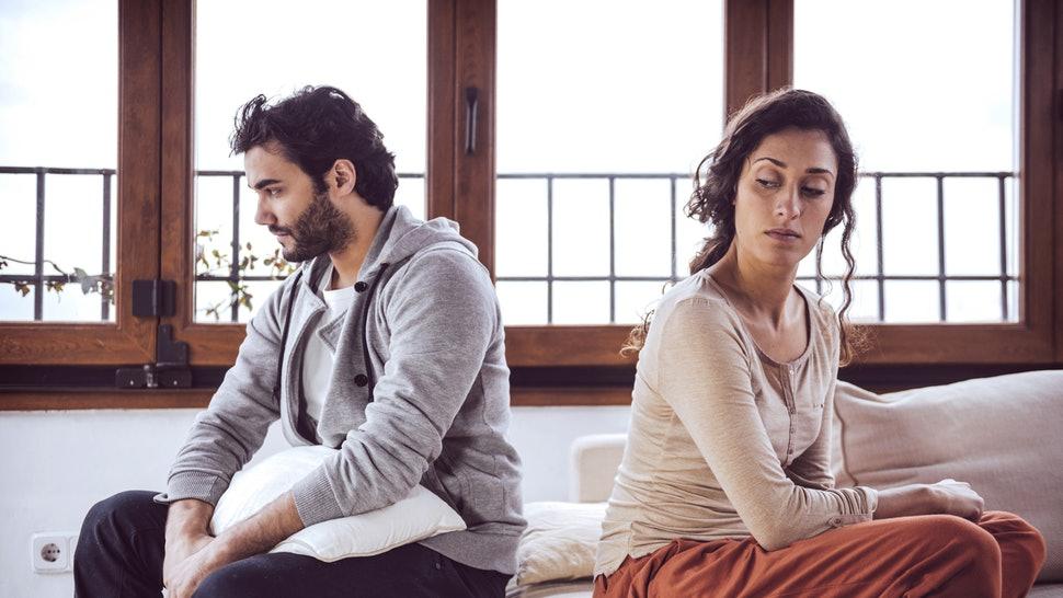 ओव्हर पझेसिव्ह हा नात्यासाठी धोक्याचा असतो. आपल्या जोडीदाराची अतिकाळजी करणं किंवा सतत त्याचाच विचार करणं यामुळे तुमचं नातं धोक्यात येतं. त्यामुळे तुमच्यातमध्ये लहान लहान कारणांनी वाद सुरू होतात.