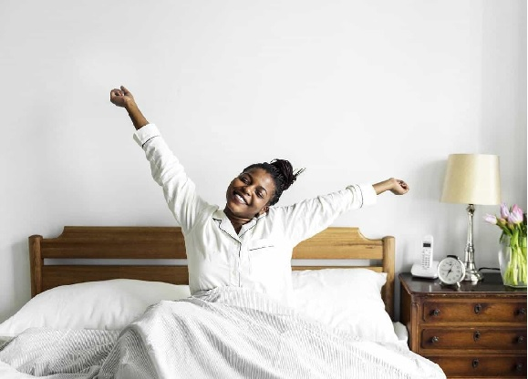 सकाळी उठल्या उठल्या अंथरुणातच 15 मिनिटं स्ट्रेचिंगचा व्यायाम करा. त्यानं शरीरात एनर्जी येईल. मन प्रसन्न होईल.