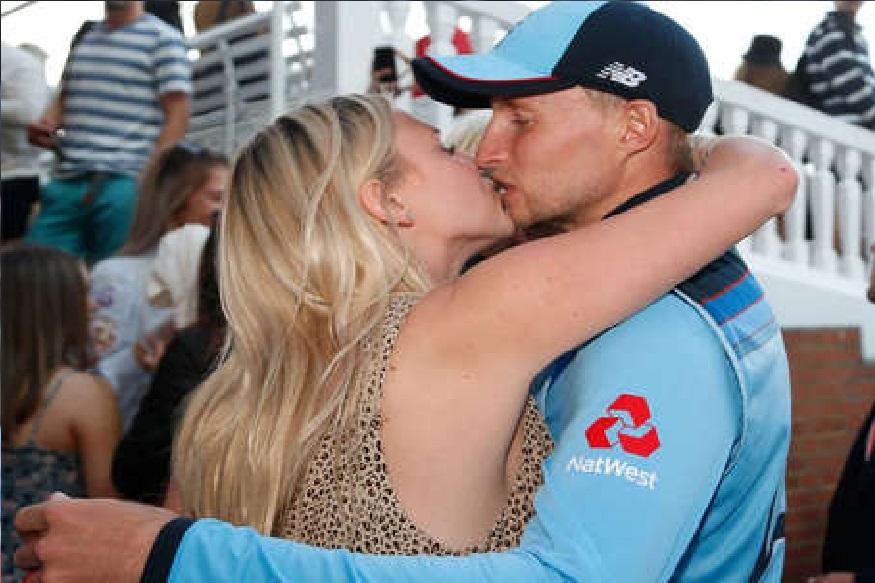 पहिल्या विजेतेपदानंतर इंग्लंडच्या क्रिकेटपटूंनी मैदानावरच केलं KISSING!