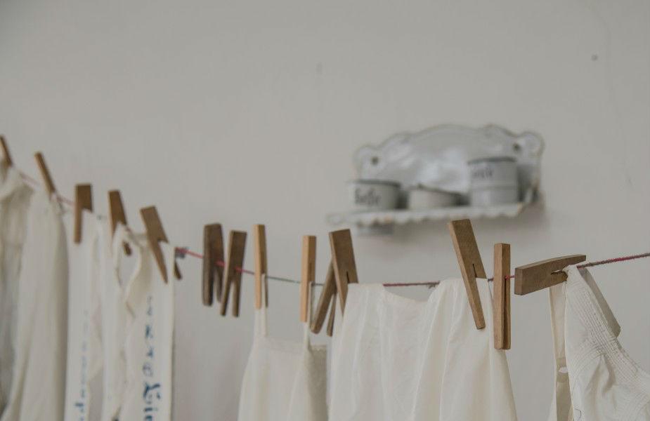 कपडे घट्ट पिळून, व्यवस्थित झटकूनच वाळत घाला. घट्ट पिळताना नाजूक कपडे खराब होणार नाहीत, याचा मात्र विचार करा.