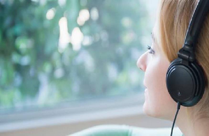 सकाळी तुमच्या आवडती गाणी ऐका. म्युझिकमुळे मन प्रसन्न राहतं. मात्र काहीवेळा मोठ्या आवाजत गाणी ऐकली तर डोकं दुखण्याचा धोका असतो. मेडिटेशन करणारं म्युझिक किंवा सायलेंट गाणी कमी आवाजात ऐकावीत. त्यानं तुमचं मन प्रसन्न राहातं.