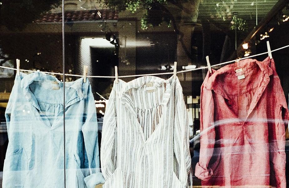 दोन कपड्यांमध्ये पुरेसं अंतर ठेवा आणि काही तासांनी कपड्याची बाजू बदलत राहा. यामुळे कपड्यांमध्ये दमटपणा राहणार नाही.