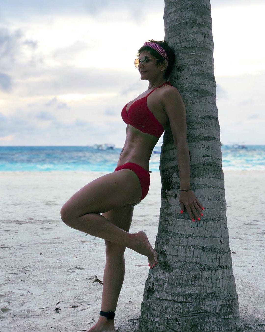 मालदीव वरुन परतल्यानंतर मंदिरानं तिच्या इन्स्टाग्रामवर तिचा बिकीनीमधील एक फोटो शेअर केला आहे ज्यामध्ये तिचे सिक्स पॅक अॅब्ज दिसत आहेत.