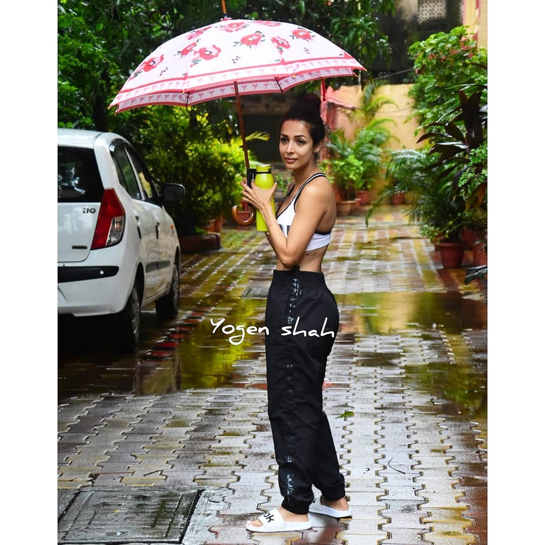 सध्या मुंबईमध्ये मुसळधार पाऊस सुरू आहे. पण यामुळे मलायकाच्या फिटनेस रुटीनमध्ये काहीही अडचण आलेली नाही. आजही ती छत्री घेऊन तिच्या योगा क्लासला निघाली.  (फोटो सौजन्य :  योगेन शाह इन्स्टाग्राम)