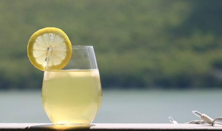 सकाळी उठल्यावर एक ग्लास पाणी प्या. शक्यतो त्यात लिंबू पिळून घ्या.