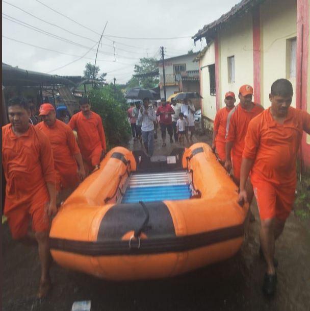 मुंबईतून 50 जणांची टीम एकूण 6 बोटीच्या सहाय्याने बचावकार्य करणार आहे.