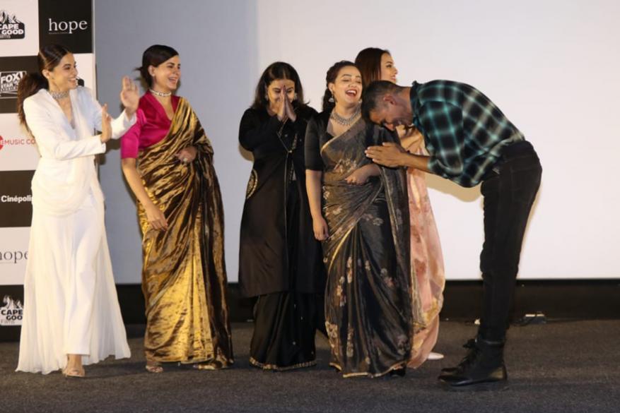 यावेळी अक्षय कुमारने सिनेमातील सर्व अभिनेत्रींना स्टेजवरच नमस्कार केला. (छाया सौजन्य- विरल भयानी)