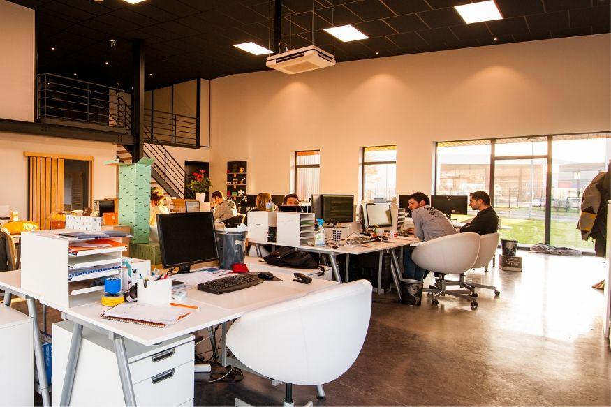 ऑफिसमध्ये तुम्ही सहकाऱ्यांसोबत जेवता का? जाणून घ्या हे मोठे फायदे