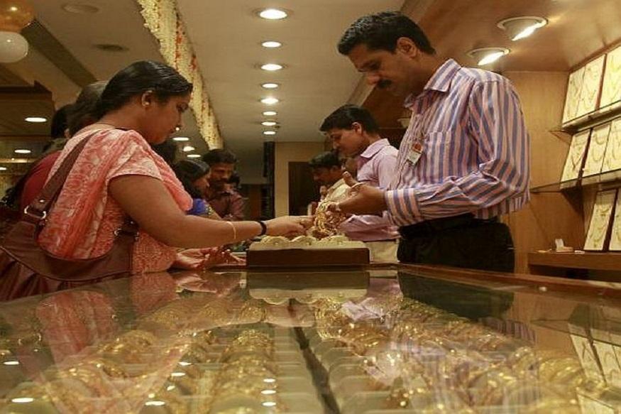 सोन्या-चांदीच्या किमती कमी होण्याचं नावच घेत नाहीयत. आज दिल्लीत सोन्याचा भाव 280 रुपयांनी वाढून 35950 रुपये प्रति दहा ग्रॅम झाला. तर चांदीचा भाव 42 हजाराच्या पुढे गेलाय.