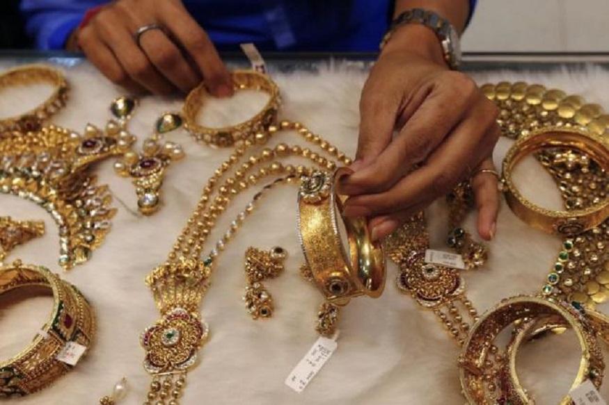 दिल्लीत 99.9 टक्के शुद्ध सोन्याची किंमत 150 रुपयांनी वाढून ती 35,870 रुपये झालीय. तर 99.5 टक्के शुद्ध सोन्याची किंमत 35,700 रुपये झालीय.