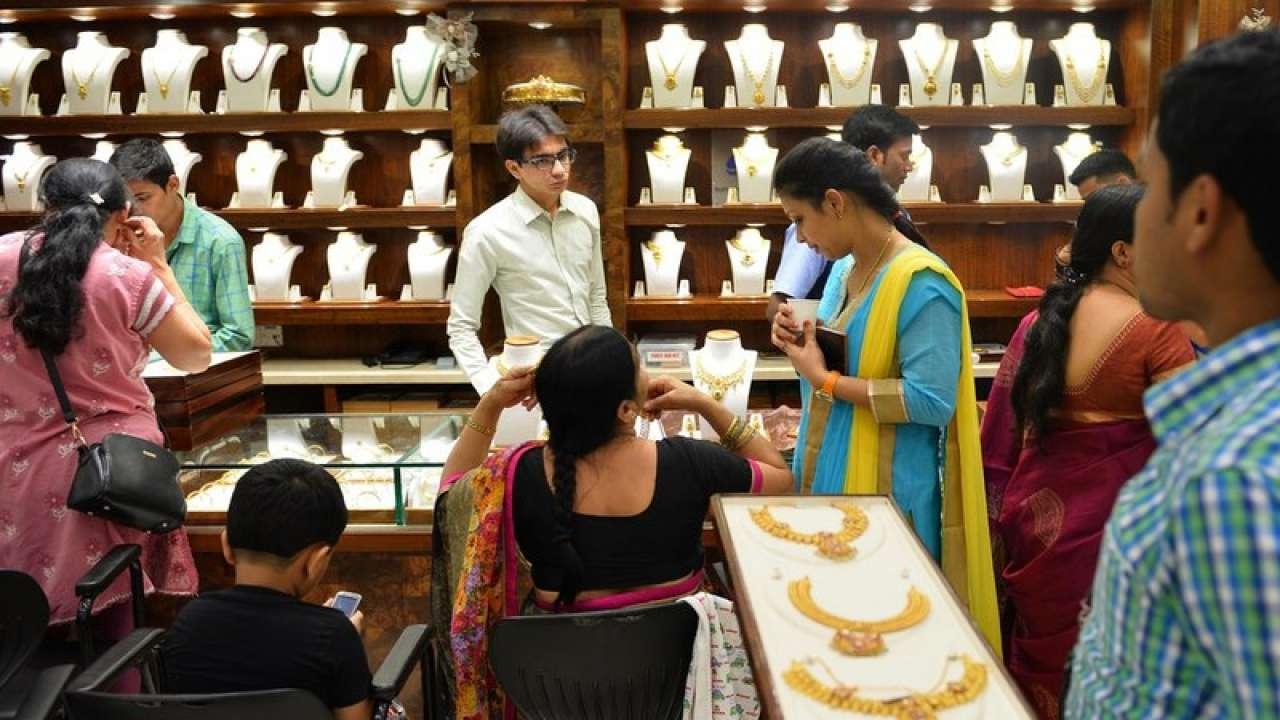 काल सोन्याच्या भावात 70 रुपयांनी घसरण होऊन सोनं 35,500 रुपये प्रति 10 ग्रॅम झालं होतं. चांदी मात्र महागली होती. ती 660 रुपयांनी वाढून 40,190 रुपये झाली होती.