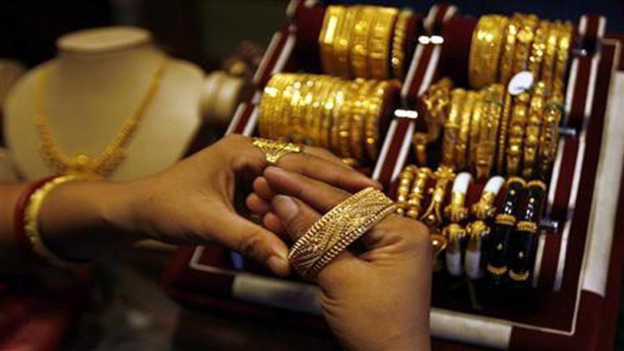 8 ग्रॅमची गिन्नी 27,500 रुपये आहे. चांदीचा भाव गेल्या 4 दिवसात तेजीत आहे. तो 935 रुपयांनी वधारून 42035 रुपये प्रति किलो झालीय..