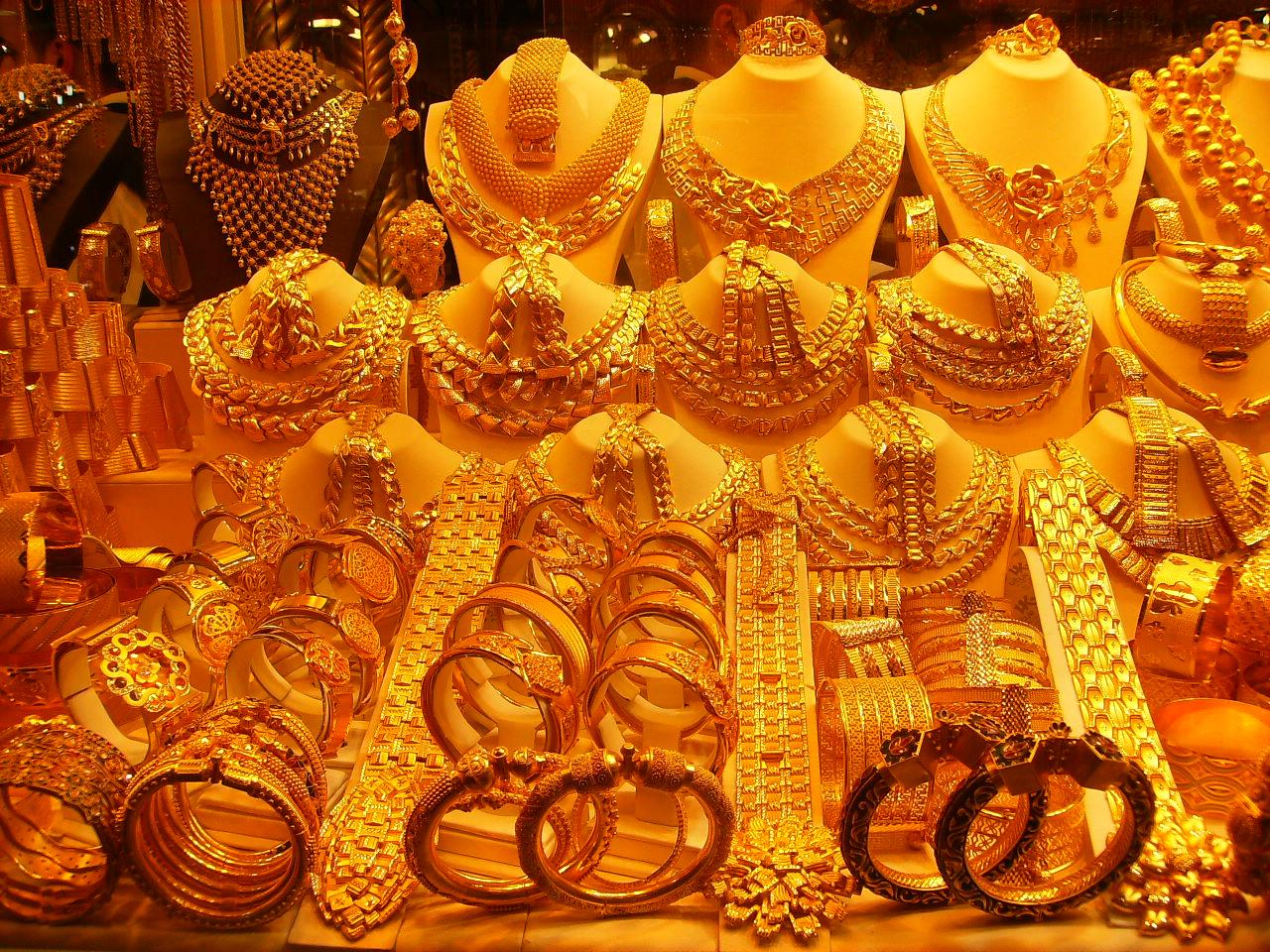 दिल्लीत 99.9 टक्के शुद्ध सोन्याची किंमत 80 रुपयांनी कमी होऊन 35,870  रुपये झालीय. तर 99.5 टक्के शुद्ध सोन्याची किंमत 35,700 रुपये प्रति 10 ग्रॅम झालीय.