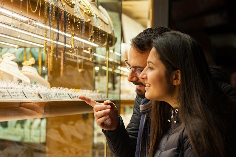 आंतरराष्ट्रीय स्तरावर न्यूयाॅर्कमध्ये सोन्याचा भाव कमी होऊन 1,422 डॉलर प्रति औंस झाला. तर चांदीत वृद्धी होऊन ती 16.17 डॉलर प्रति औंस झालीय.