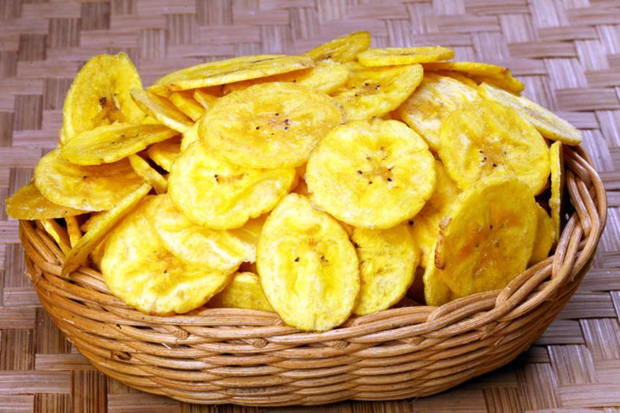 प्रवासात केळ्याचे चीप्स खाऊ शकता. याशिवाय मुठभर बदाम, चणे, पिस्ता, शेंगदाणे खायला घेऊ शकता. तसेच सफरचंद आणि केळीही प्रवासात खायला उत्तम.
