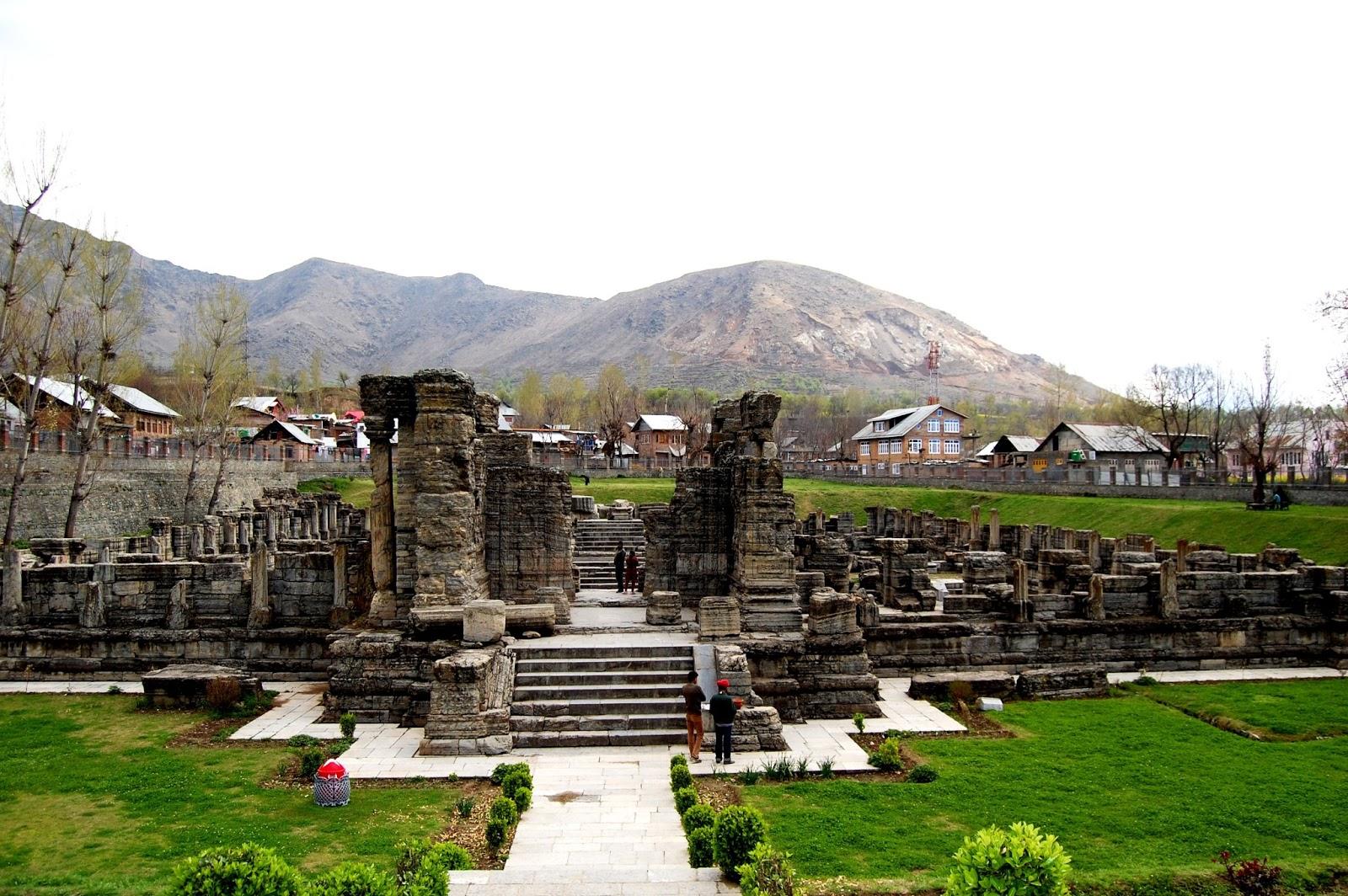 अवंतीश्वराचं मंदिर- पुलवामामध्ये तुम्ही फिरायला जात असाल तर झेलम नदीच्या काठावर असलेलं अवंतीश्वर मंदिर नक्की पाहा. हे महादेव आणि विष्णुचं मंदिर आहे. या मंदिराच्या भिंतींवर कोरलेल्या नक्षी यांमुळे पुरातत्व विभाग या मंदिराची देखभाल करतं.