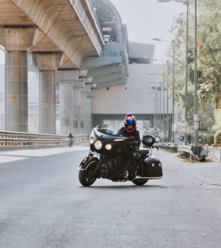 बाईक चालवताना ती छान लेदर जॅकेट, लेदर बूट घालते आणि डोक्यावर हिजाबही घेते. हिजाबमधली ही बायकर पाहून लोक वळून वळून तिच्याकडे पाहतात.