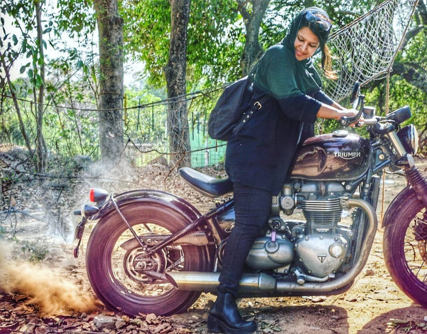 एका कर्मठ मुस्लीम कुटुंबात रोशनीचा जन्म झाला. तिचं बाईकवरचं प्रेम वडिलांकडूनच आलं.